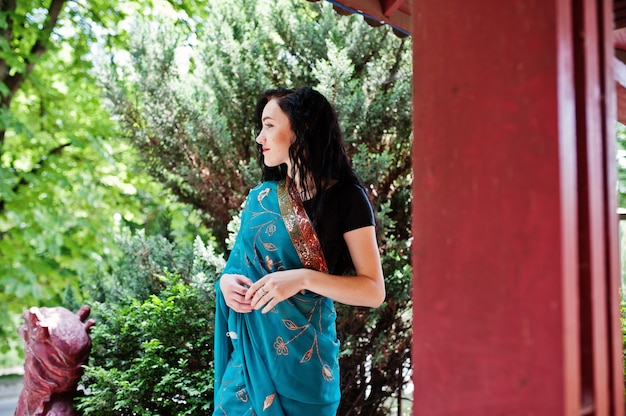 Portrait of beautiful indian brumette girl or hindu woman model against japanese traditional house. Premium Photo