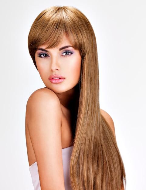 Ritratto di una bella donna indiana con lunghi capelli lisci castani. Foto Gratuite