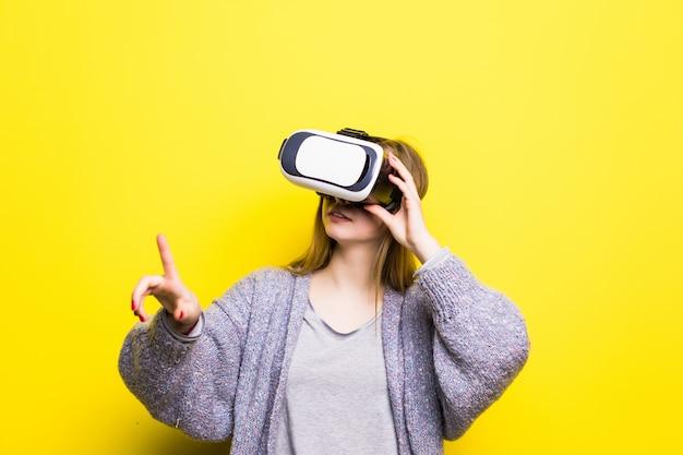 Ritratto di una bella ragazza adolescente con gadget di realtà virtuale Foto Gratuite
