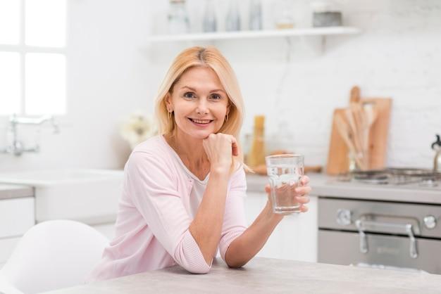Chân dung người phụ nữ xinh đẹp cầm ly nước Ảnh cao cấp