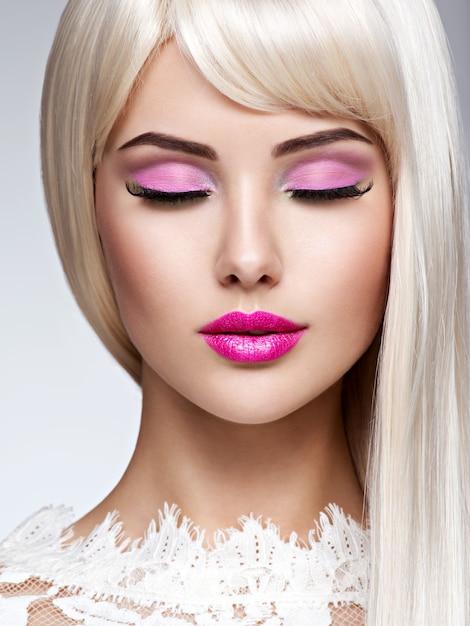 Ritratto di una bella donna con trucco rosa e capelli lisci bianchi. volto di una modella con rossetto rosa. Foto Gratuite
