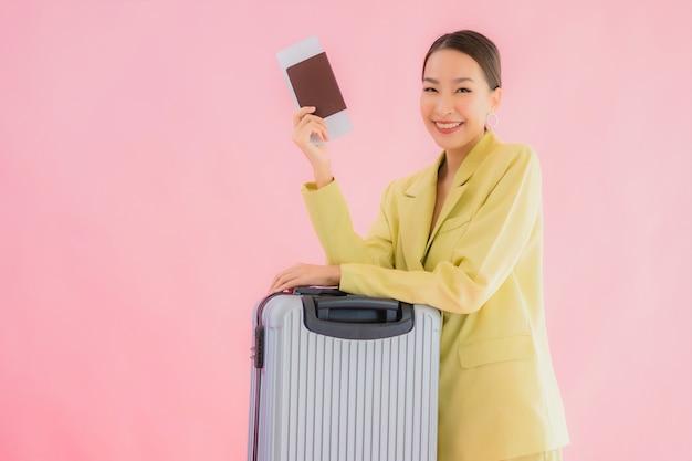 荷物バッグとパスポートの色の美しい若いアジアビジネス女性の肖像画 無料写真