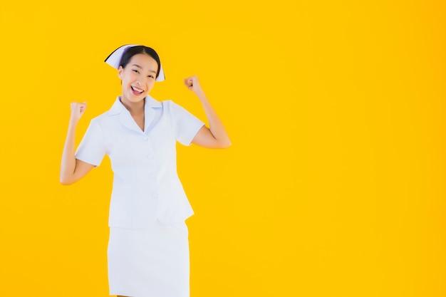 肖像画の美しい若いアジアのタイの看護師 無料写真