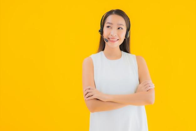 肖像画の支援のための美しい若いアジア女性コールセンター 無料写真