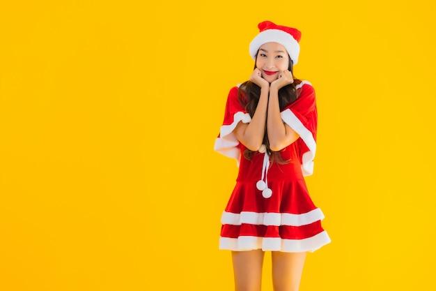 Портрет красивая молодая азиатская женщина рождественские одежды и шляпа улыбка счастливая Бесплатные Фотографии