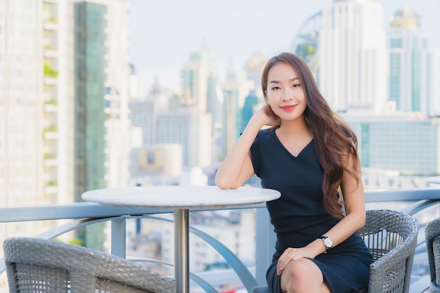 肖像画の美しい若いアジアの女性はカクテルを飲むガラスで楽しんでいます 無料写真