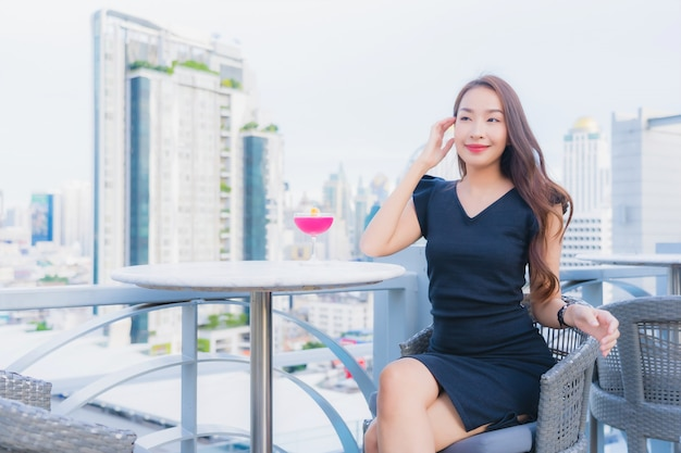 Женщина портрета красивая молодая азиатская наслаждается с стеклом питья коктеилей Бесплатные Фотографии