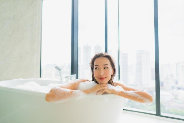 肖像画の美しい若いアジア女性はリラックスしてバスタブでレジャー 無料写真