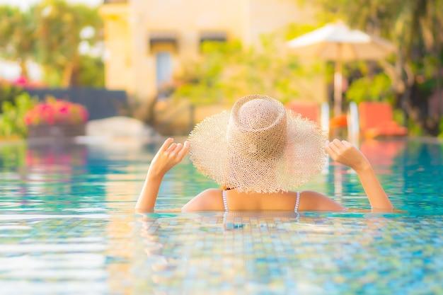 초상화 아름 다운 젊은 아시아 여자 휴식 미소 휴가 리조트 호텔에서 수영장 주변 여가를 즐길 수 무료 사진