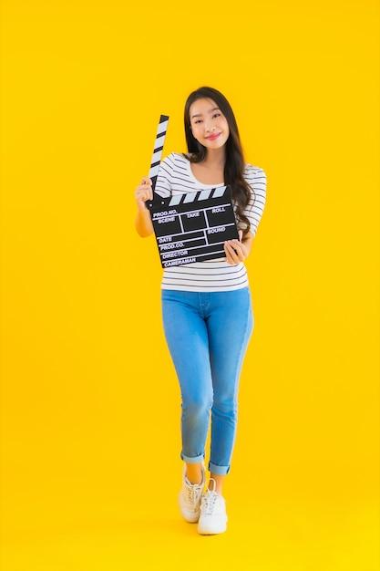肖像画の美しい若いアジア女性ショークラッパームービーボード 無料写真