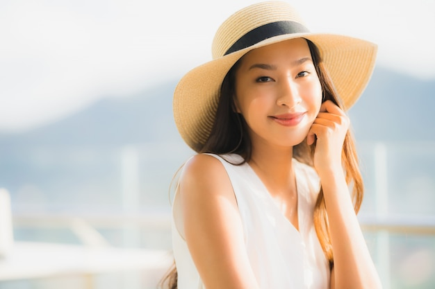 Portrait beautiful young asian woman sitting in the restaurant Free Photo