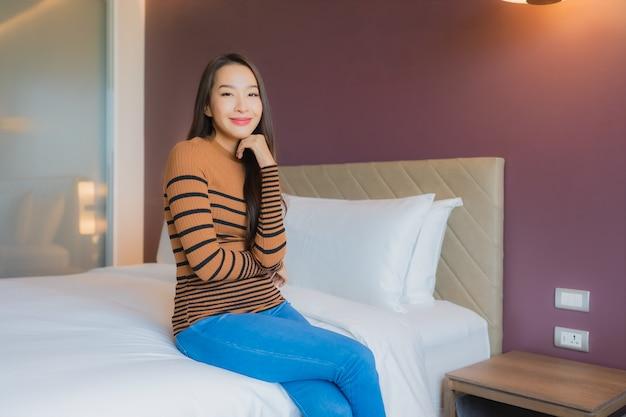 美しい若いアジア女性の肖像画笑顔ベッドでリラックス 無料写真