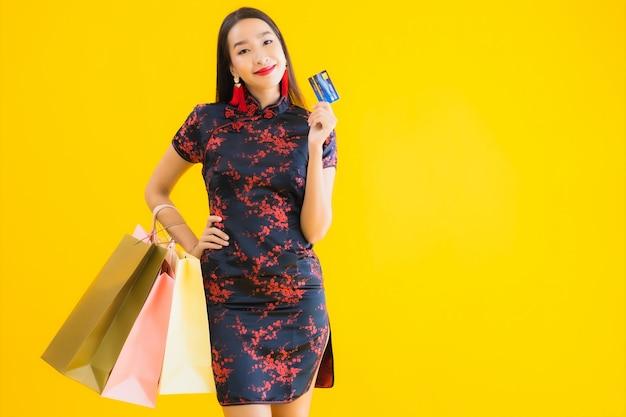 Платье красивой молодой азиатской одежды портрета китайское с хозяйственной сумкой Бесплатные Фотографии