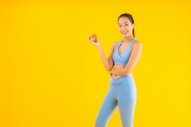 초상화 아름 다운 젊은 아시아 여자 착용 운동복 노란색 운동 준비 무료 사진