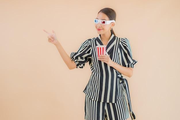 Портрет красивая молодая азиатская женщина с 3d очки Бесплатные Фотографии