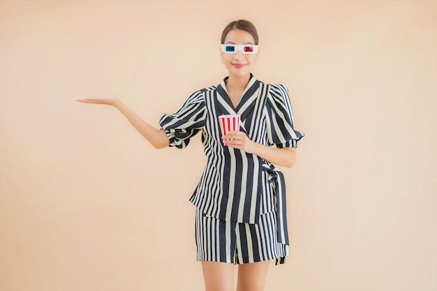 Bella giovane donna asiatica del ritratto con gli occhiali 3d Foto Gratuite