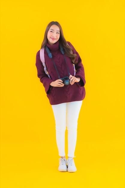 Женщина портрета красивая молодая азиатская с рюкзаком и камерой для путешествия в отпуске Бесплатные Фотографии