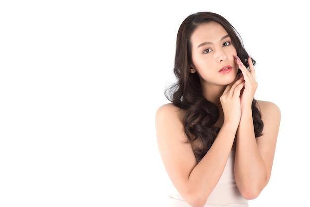 きれいな新鮮な肌を持つ肖像画の美しい若いアジアの女性。美容コンセプト。 Premium写真