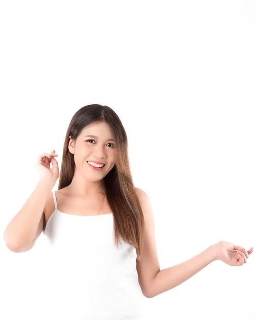 清潔でさわやかな肌を持つ美しい若いアジア女性の肖像画 Premium写真