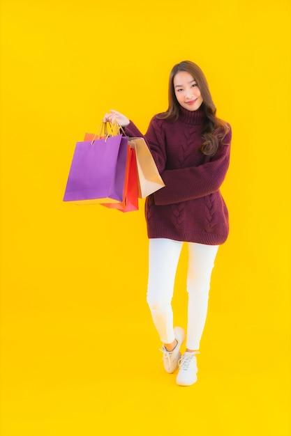 Женщина портрета красивая молодая азиатская с красочной хозяйственной сумкой Бесплатные Фотографии