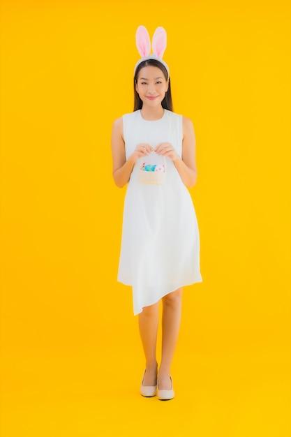 肖像画のイースターエッグと美しい若いアジア女性 無料写真
