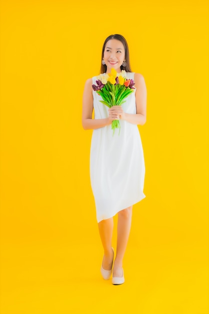 花の美しい若いアジア女性の肖像画 無料写真