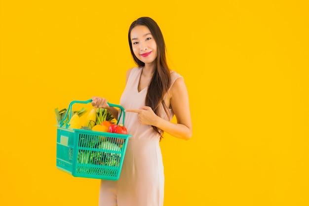 Женщина портрета красивая молодая азиатская с хозяйственной сумкой корзины бакалеи Бесплатные Фотографии