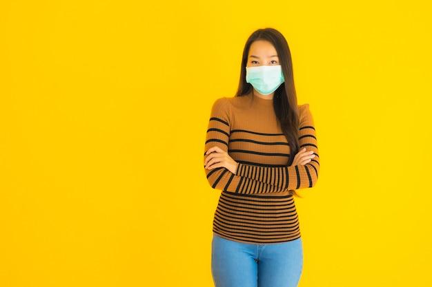 Портрет красивая молодая азиатская женщина с маской во многих действиях для защиты от коронавируса или covid19 Бесплатные Фотографии