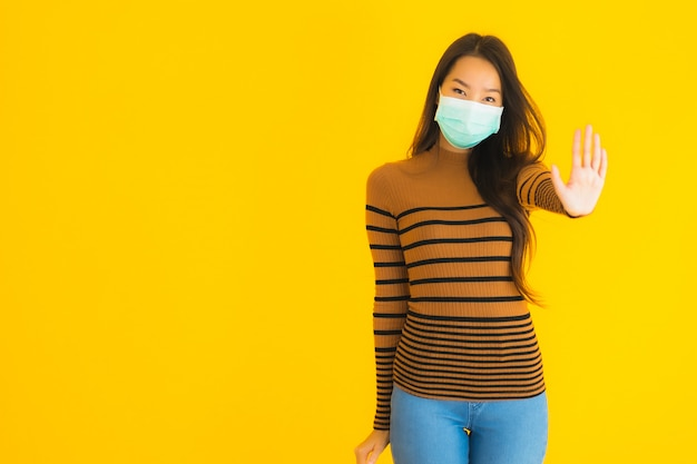 コロナウイルスやcovid19から保護するための多くのアクションでマスクを持つ美しい若いアジア女性の肖像画 無料写真