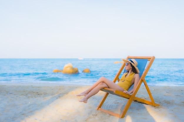 肖像画の美しい若いアジア女性幸せリラックス海ビーチ海の周りの笑顔 無料写真
