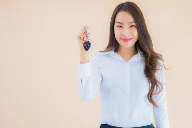 車のキーを持つ美しい若いビジネスアジア女性の肖像画 無料写真