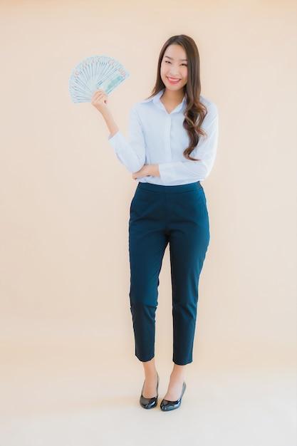 肖像画の現金やお金で美しい若いビジネスアジア女性 無料写真