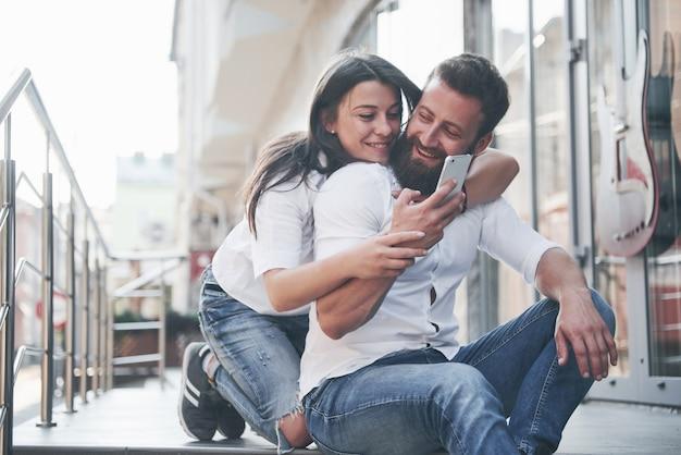 Ritratto di una bella giovane coppia sorridente insieme. Foto Gratuite