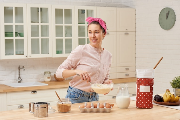 Portrait of beautiful young woman having breakfast in the kitchen Premium Photo