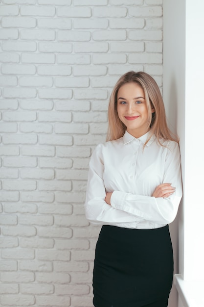 Portrait of beautiful young woman working in the office. Premium Photo