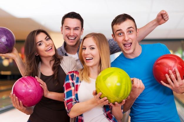 Ritratto di migliori amici al bowling Foto Gratuite