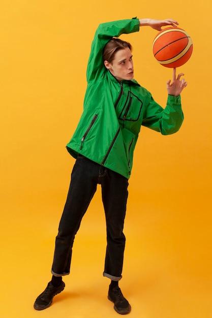 Портрет мальчика, играющего с баскетбольным мячом Бесплатные Фотографии