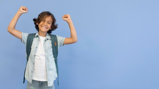 バックパックとコピースペースを持つ肖像画少年 無料写真