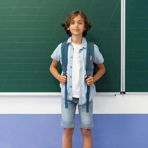 クラスのバックパックを持つ肖像画少年 無料写真