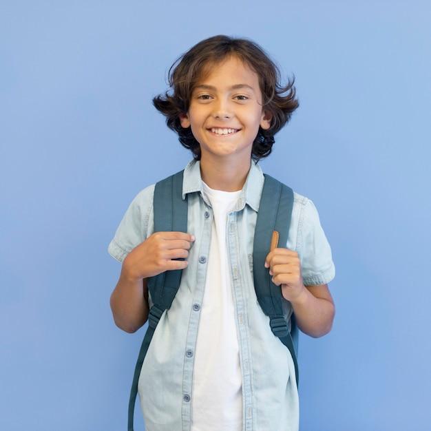 Портрет мальчика с рюкзаком Premium Фотографии