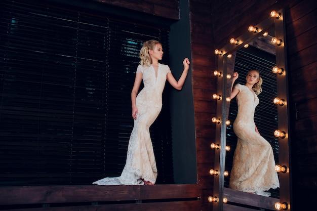 長いロックの肖像画の花嫁。白いドレスで Premium写真