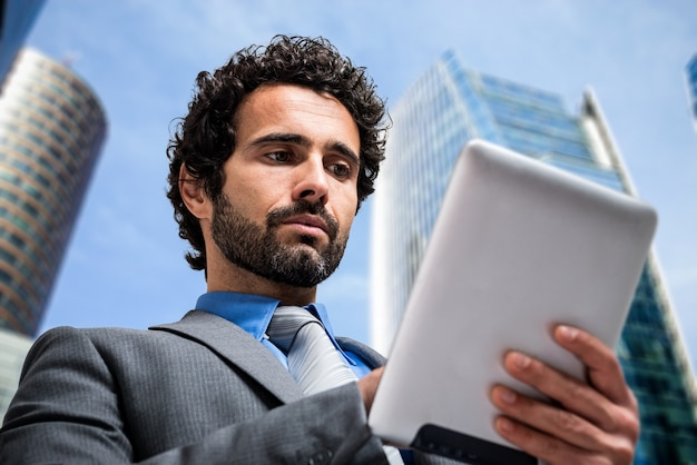 Portrait of a businessman using a tablet computer Premium Photo
