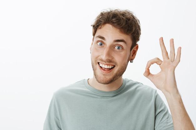 Ritratto di un ragazzo casual in posa in studio Foto Gratuite