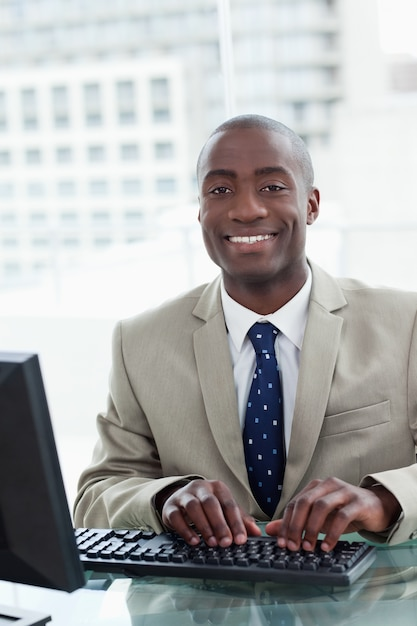 Portrait of a cheerful office worker using a computer Premium Photo