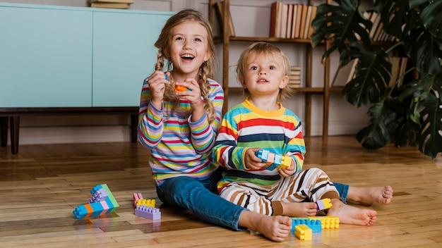 遊んでいる肖像画の子供たち 無料写真