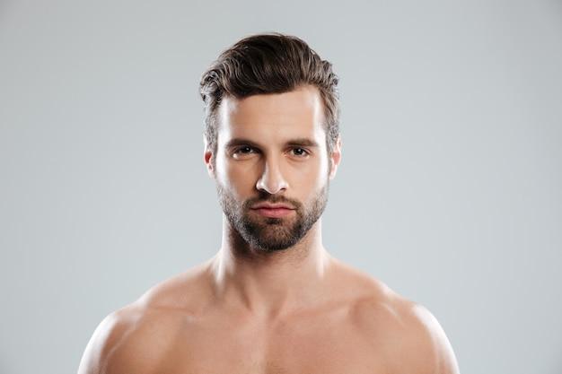 Ritratto di un giovane uomo barbuto concentrato Foto Gratuite