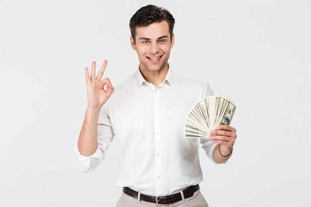 Ritratto di un uomo sorridente fiducioso Foto Gratuite