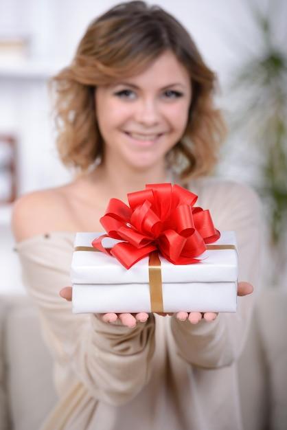 Portrait of cute girl receive gift box. Premium Photo