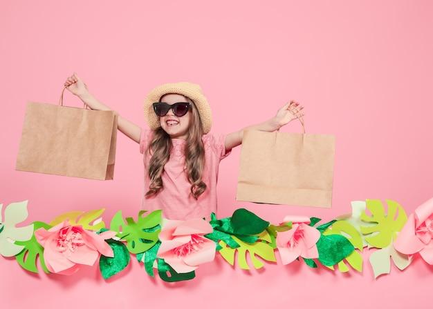 Ritratto di ragazza carina con la borsa della spesa Foto Gratuite