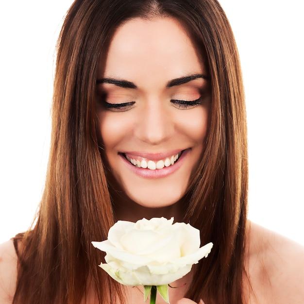 Ritratto di donna carina con rosa bianca Foto Gratuite
